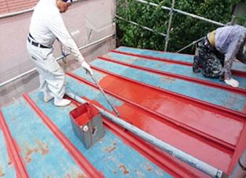 屋根の古い染料を落とし、錆止めを塗る作業
